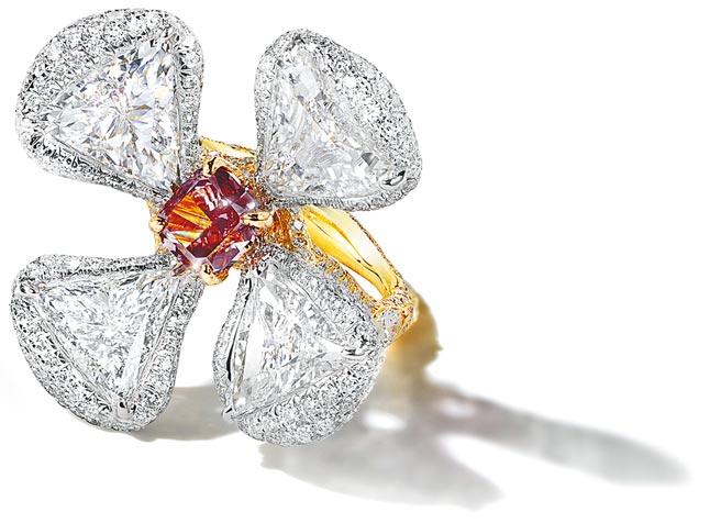 趙心綺曾花5年的時間尋找紅鑽,如今就有兩顆紅鑽在台灣,此為紅鑽花朵戒指,逾1克拉。(CINDY CHAO提供)