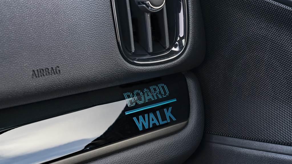 內裝飾板上之Boardwalk Edition專屬徽飾,展現英倫工藝對細節之講究。