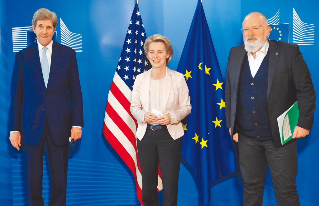 美國氣候事務特使凱瑞(左)9日與歐盟執委會主席馮德萊恩(中)、歐盟氣候事務首席官員蒂默曼斯(右)共同發布聲明,宣告美國與歐盟準備在2050年前實現「碳中和」(淨零排放)目標。(美聯社)