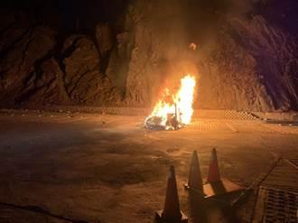 7人夜衝武嶺看日出 慘見自己百萬名車燒成一團火球