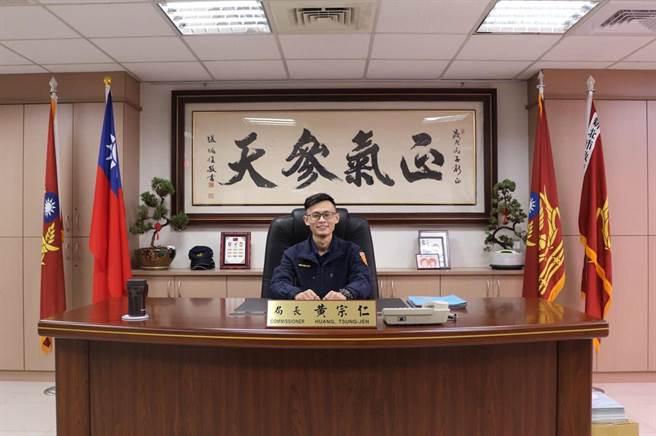 今年1月新上任的新北市警察局長黃宗仁想出,讓破案的員警坐上他的辦公桌拍照紀念,作為「破案桌」,堪稱「地表最狂破案表揚法」。(圖/翻攝自臉書「新北市政府警察局」)