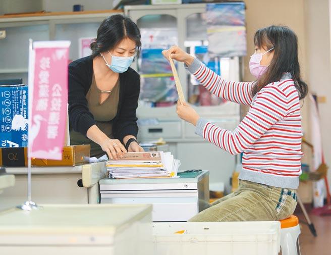 「珍愛藻礁」公投連署突破64萬份,公投總部志工忙著清點連署書。(陳怡誠攝)