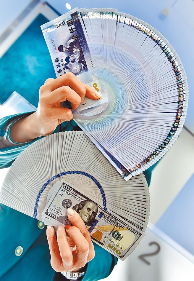 去年新台幣猛升,中央銀行大買391億美元阻升,美國匯率操縱國的三個條件全數達標,台灣有極高機率會在今年被美方列入匯率操縱國。(本報資料照片)