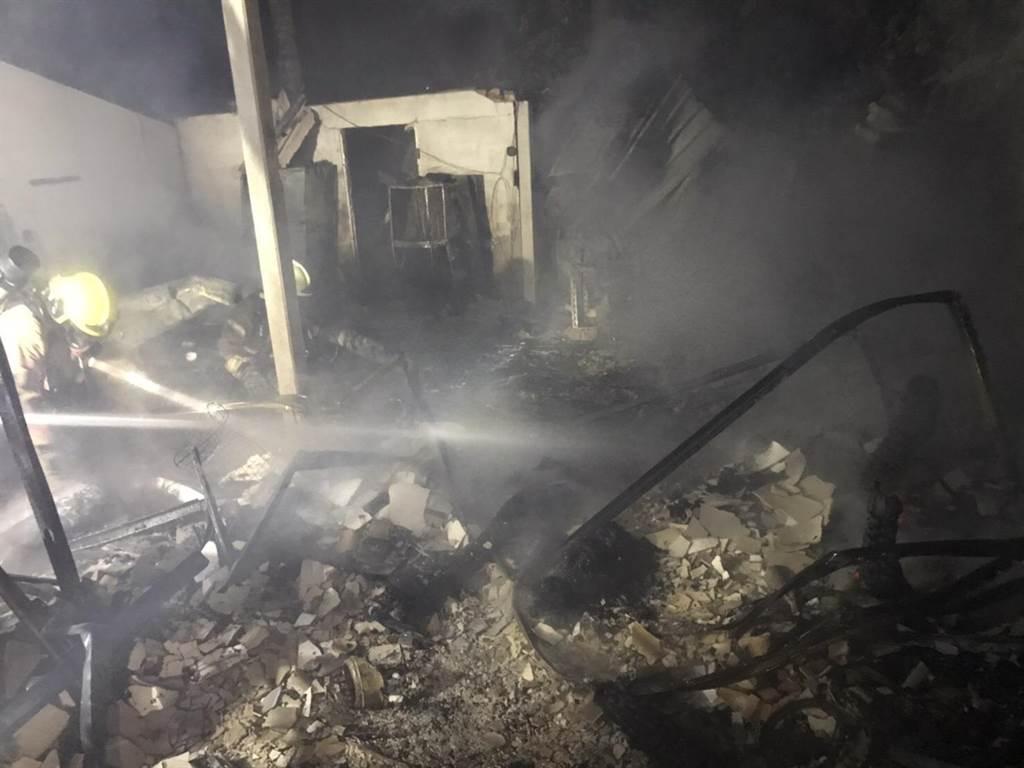 台南市佳里區塭內里今天凌晨2點多發生火警,一間木造平房發生火警,屋內發現兩具焦屍。(讀者提供/劉秀芬台南傳真)