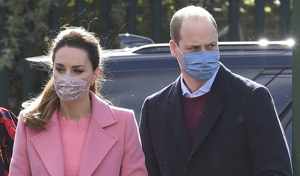 劍橋公爵夫婦威廉王子和凱特3月11日公開露面,造訪東倫敦的一所中學。(美聯社)