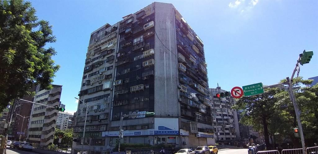 「錦新大樓」是台北市知名爭議大樓,近來每坪月租金最高單價竟來到單坪2000元。(全球居不動產情報室提供)