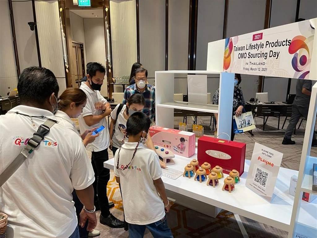 (泰國知名玩具代理商派出採購團隊與玩具體驗員至現場試玩。圖/貿協提供)