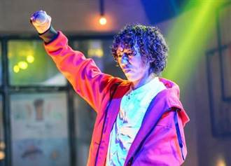 爆紅歌手精神分裂暴瘦25kg 經紀人認他飽受折磨:已強制送醫