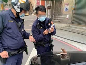 演哪齣!領錢被警察臨檢上網討拍 結果自爆「提款卡不是我的」