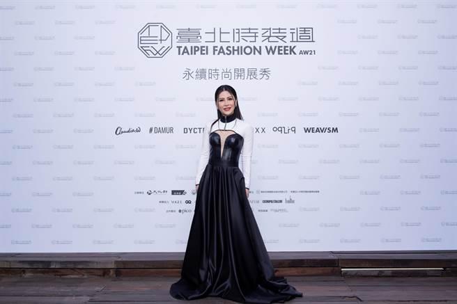 圖三:艾怡良穿著台灣設計師NIKI YEH所設計的洋裝,為台北時裝周獻唱。(臺北時裝週提供)