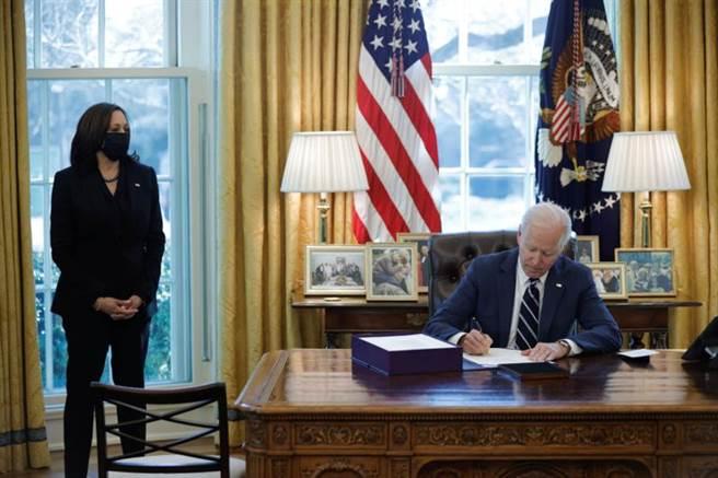 拜登簽署紓困法案,使之成為法律。(圖/路透社)