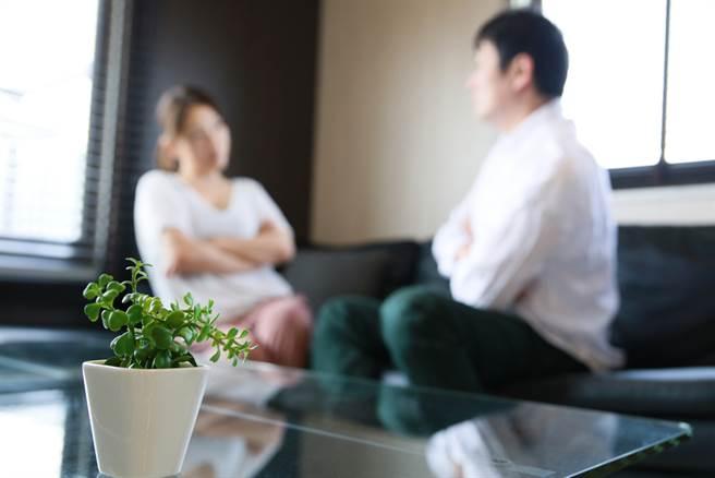 女網友比男友大13歲,未來婆婆言語霸凌阻婚。(示意圖/Shutterstock)