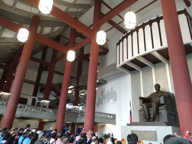 國民黨於國父紀念館向國父銅像致敬畫面(記者季節攝)