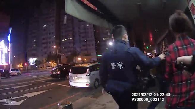 台中市北區12日凌晨,3位民眾因「喇叭」問題,在街頭大打出手。(熱心民眾提供/蘇育宣翻攝)