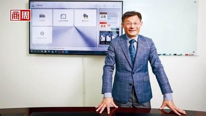 卡爾世達總經理黃遠明,替保修師傅打造出資料庫,提供各種車款的線路圖、零件位置和維修案例說明,就像一名虛擬顧問。(圖/陳宗怡提供)