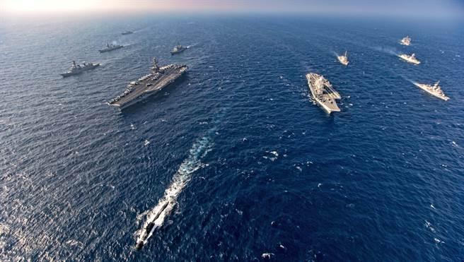 「四方安全對話」(The Quad)成員美國、印度,日本和澳洲海軍2020年11月17日在北阿拉伯海舉行第二階段「馬拉巴爾」(Malabar)海上聯合軍演的畫面。(美聯社)