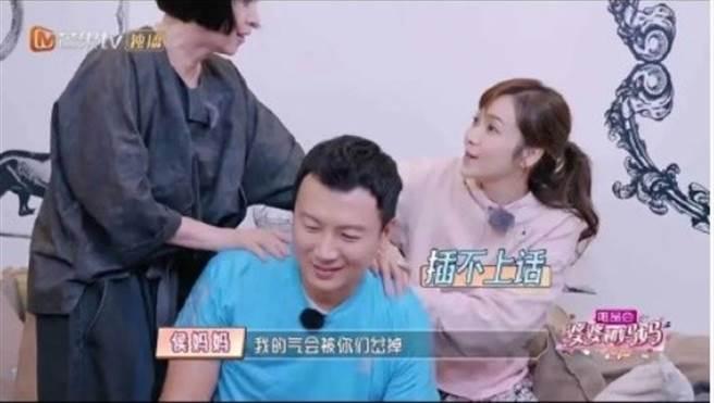 林月雲堅持要幫女婿刮痧。(圖/翻攝自微博)