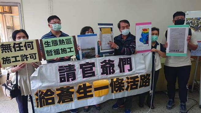 台南市環境保護聯盟理事長黃安調(右三)與蘆竹溝居民向政府請命「留蒼生活路」。(程炳璋攝)