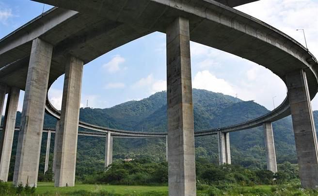 7天內2死 國道6「橋聳雲天」,又一男墜70米高橋面身亡。(中時資料庫)