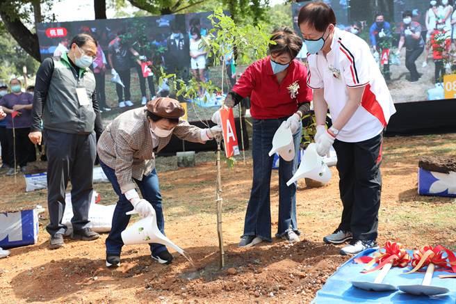 台中市長盧秀燕12日攜手台積電在后里森林園區種下希望樹苗。(陳淑娥攝)