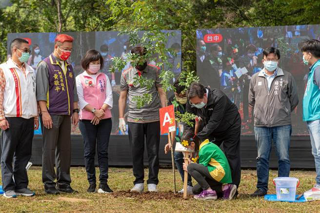 台積電慈善基金會今天發起台灣4座城市連線植樹活動,桃師生化做種樹神手。(黃婉婷攝)