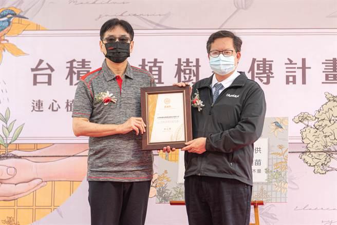 桃園市長鄭文燦也到場頒發感謝狀,謝謝台積電展現科技實力的同時,也關心環境發展。(黃婉婷攝)
