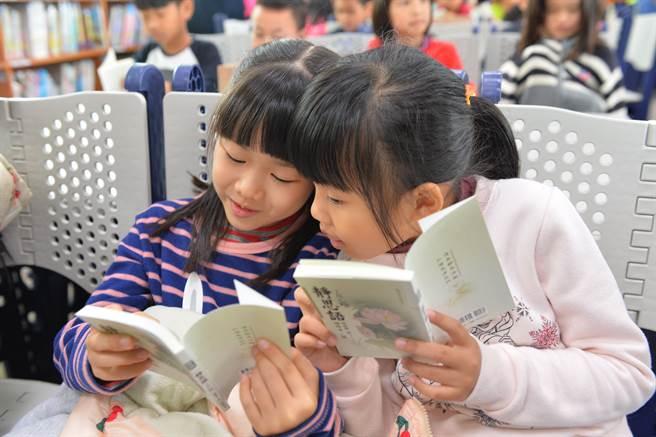 靜思語交流時,孩子們超級踴躍舉手分享。(圖/讀書共和國提供)