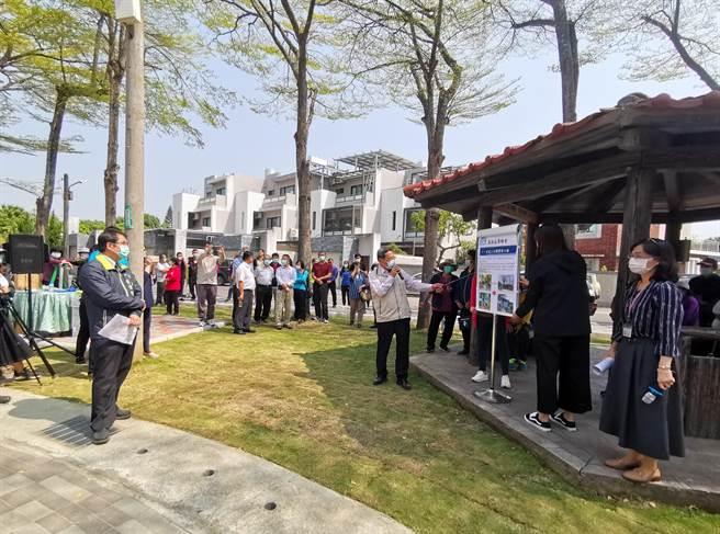 台南市長黃偉哲(左一)12日上午至山上區公兒二公園視察。(劉秀芬攝)