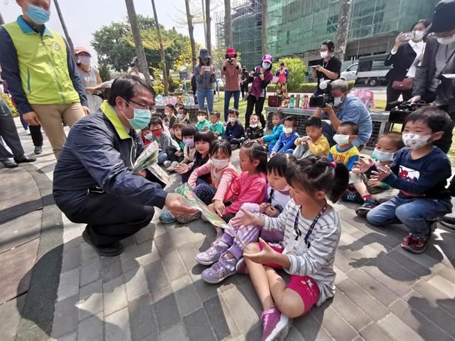 台南市長黃偉哲(左一)12日上午至山上區公兒二公園視察,分送小朋友小禮物。(劉秀芬攝)