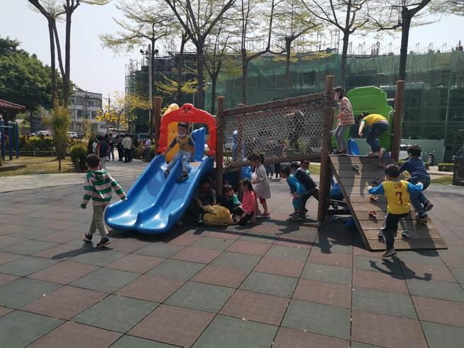 台南市山上區公所斥資500萬元改造「公兒二公園」,完工後的公園不僅有小朋友喜愛的遊戲場、戲沙池,也有為長輩打造的多項體健設施。(劉秀芬攝)