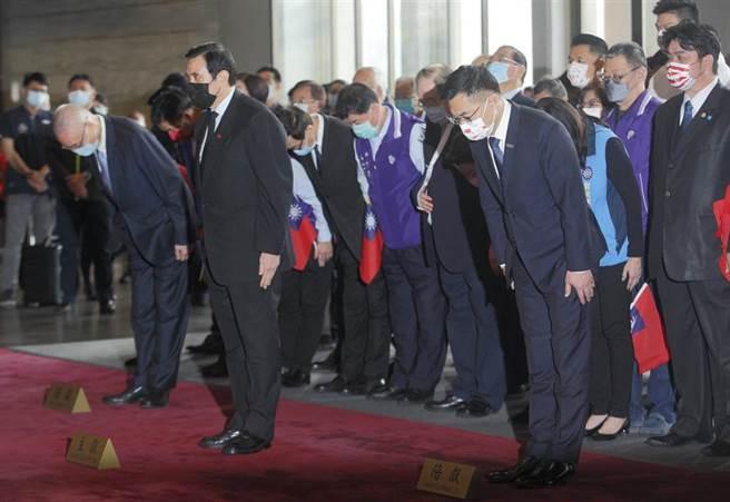 國民黨主席江啟臣(前排右)12日率黨務主管與前總統馬英九(前排中)、前副總統吳敦義(前排左)等人到台北國父紀念館出席國父孫中山逝世96週年紀念活動。(張鎧乙攝)