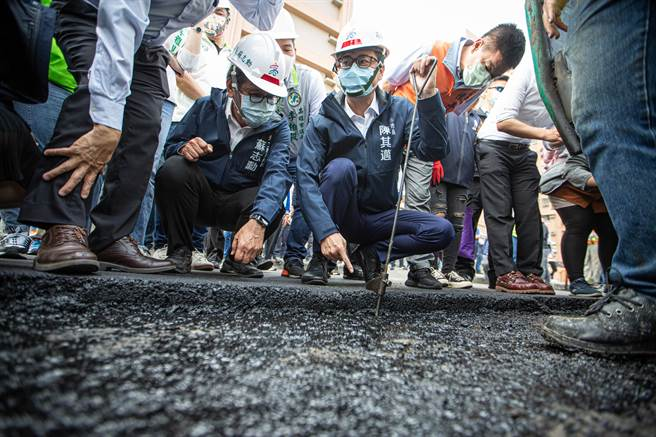 高雄市長陳其邁親自實測左營區海富路的路平刨鋪厚度。(袁庭堯攝)