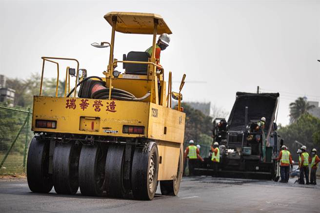 工務局強調,高雄道路施工嚴格遵循「瀝青混凝土刨鋪作業手冊」規範。(袁庭堯攝)