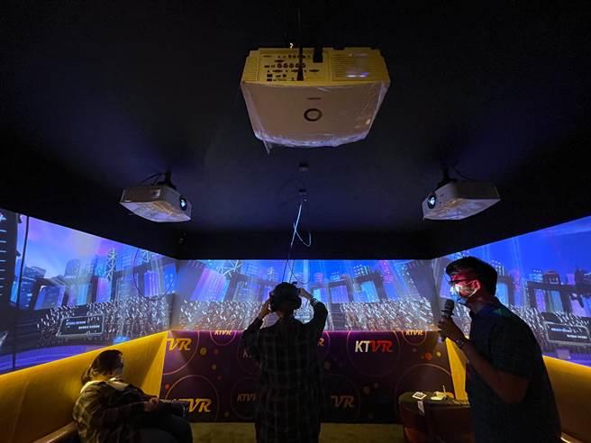 消費者體驗KTVR的狀態,除了配戴VR頭盔的使用者能感受,坐在包廂內的同行朋友也可以一同感受。(黃慧雯攝)