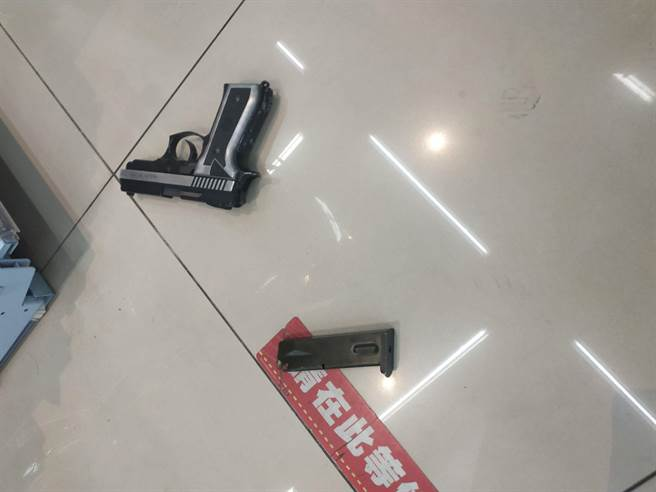 警方逮捕張嫌,並在其背包內查獲JP915改造手槍1把及子彈。(警方提供/林雅惠高雄傳真)
