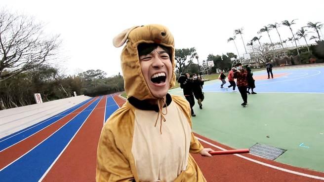 江宏傑穿上健康步道鞋跑步,痛到哇哇大叫。(三立提供)