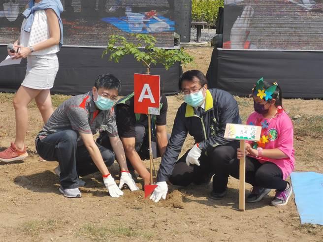 312植樹節,台南市長黃偉哲(右二)與台積電副總經理王英郎(左)於山上花園水道博物館園區一起種下台灣原生種樹九芎。(劉秀芬攝)