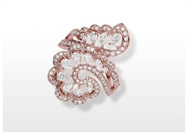 蕭邦Precious Lace 蕾絲鑽石戒指,鑽石化成蕾絲花朵十分唯美浪漫。(CHOPARD提供