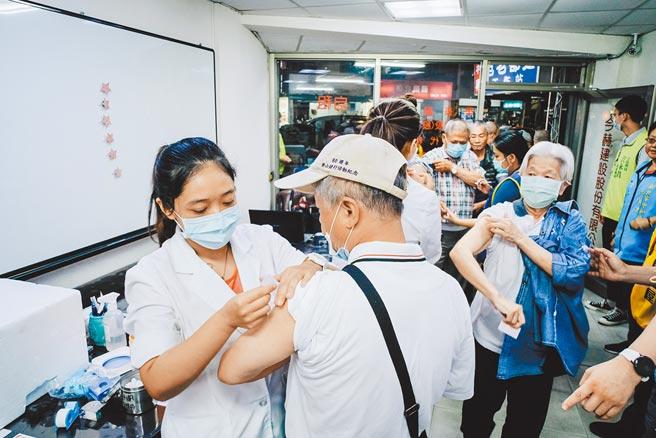 疫情指揮中心原本把65歲以上長者排在疫苗施打第4順位,後來擠進軍警等維安人員及特殊需要出國者等,長者因而掉到第8順位。本圖為示意圖。(本報資料照片)