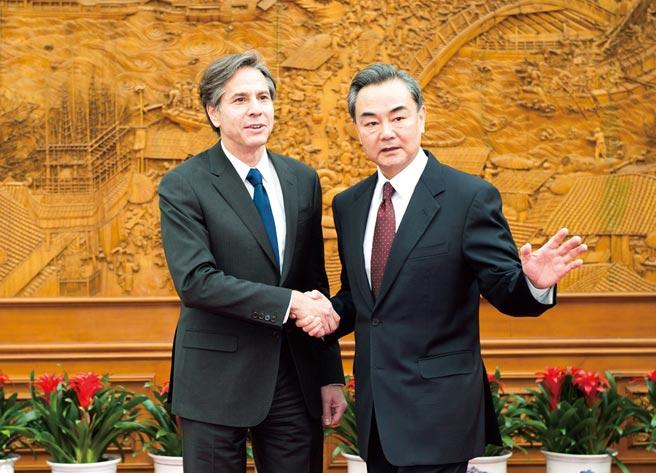 圖為2015年2月中國外交部長王毅在北京會見美國官員布林肯。(新華社)