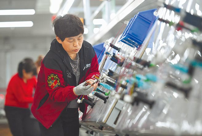 大陸國務院總理李克強11日在中外記者會表示,今年仍制定就業目標,要讓城鎮新增就業達到1100萬人以上。圖為河北曲周縣工業園區一家電子科技公司工人在生產線工作。(新華社資料照片)