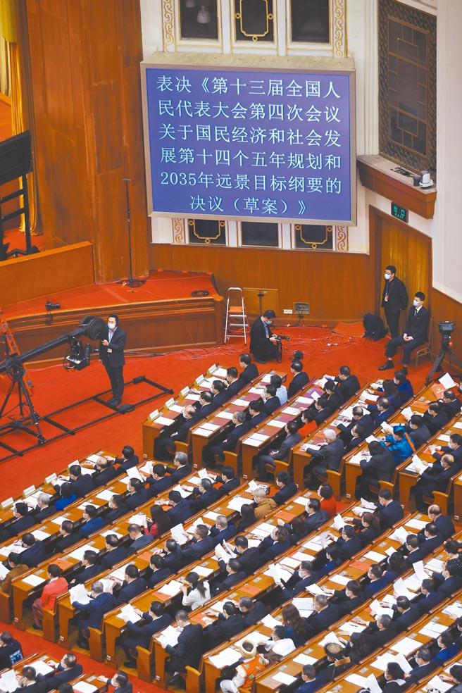 3月11日,大陸第十三屆全國人民代表大會第四次會議在北京人民大會堂舉行閉幕會。(中新社)