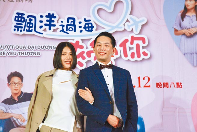 韓宜邦(右)與梁湘華在《飄洋過海來愛你》飾演夫妻。(大愛電視台提供)