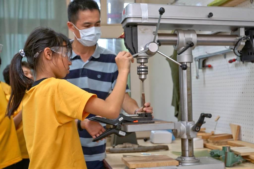 大山國小獲得臺美生態學校綠旗認證,以木創教室動手做來培養學生的核心素養。(大山國小提供/巫靜婷苗栗傳真)