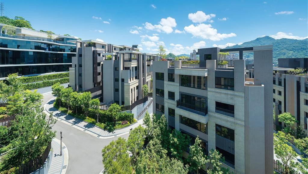 「冠德微山丘」以低密度開發,享絕對棟距,規劃一棟兩戶「重疊別墅」,戶戶享專屬庭院或星空花園。(業者提供)