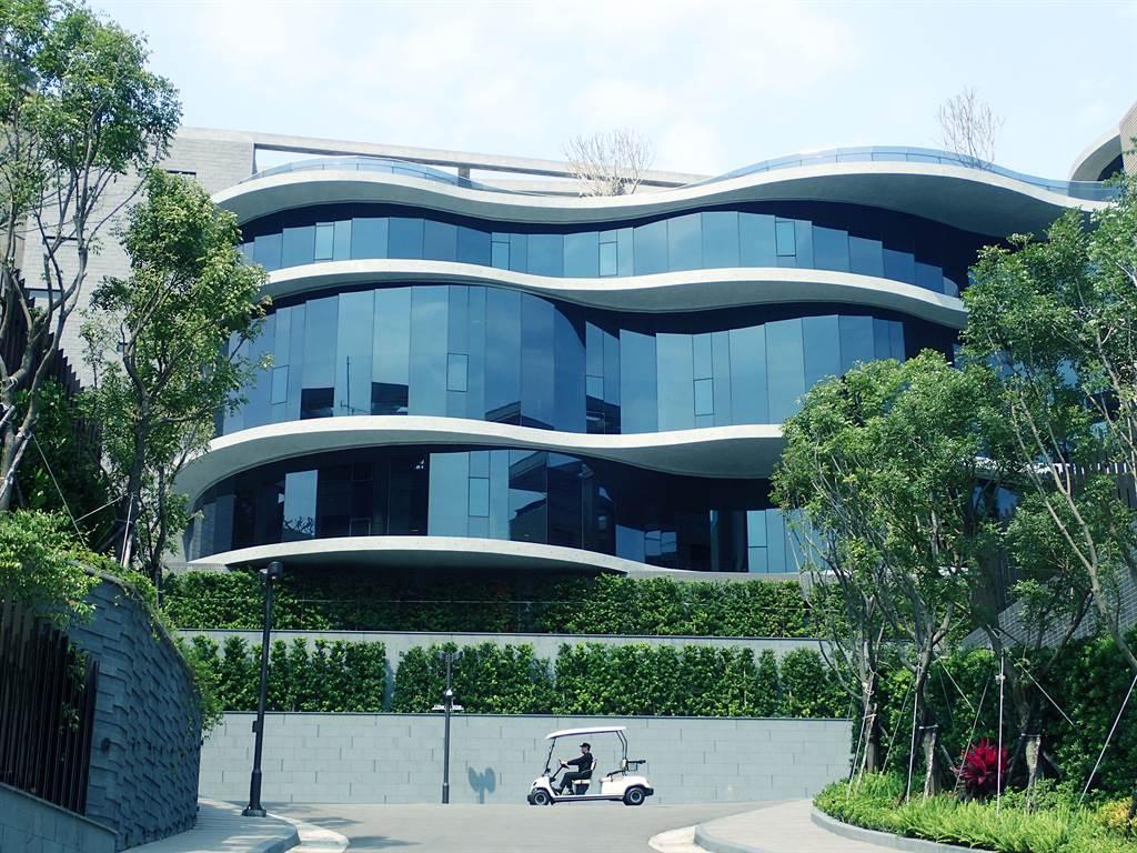 「冠德微山丘」規劃900坪休閒會館,邀請日本國寶級建築大師高松伸操刀設計。(業者提供)