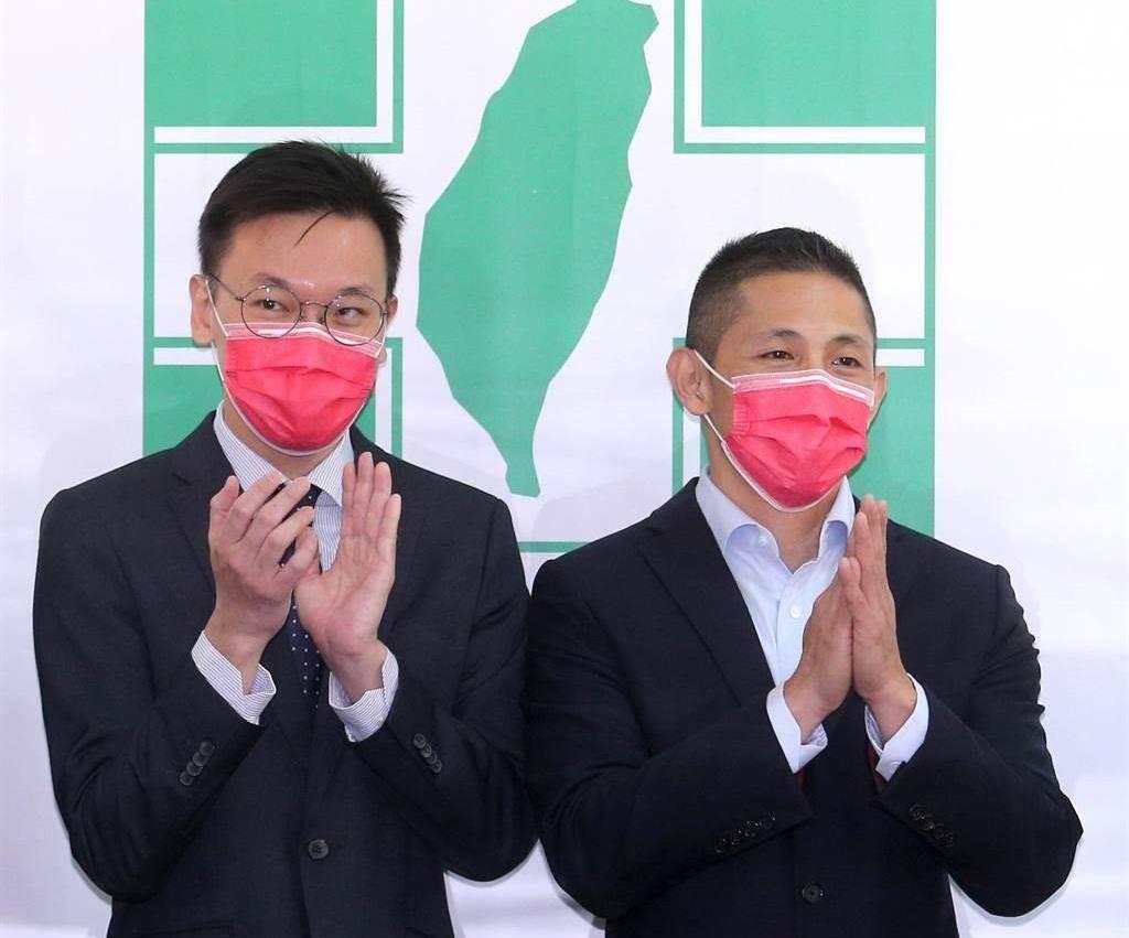民進黨台北市黨部主委吳怡農(右),中央黨部副祕書長林飛帆(左)前來監誓監交。(圖/本報資料照,黃世麒 攝)
