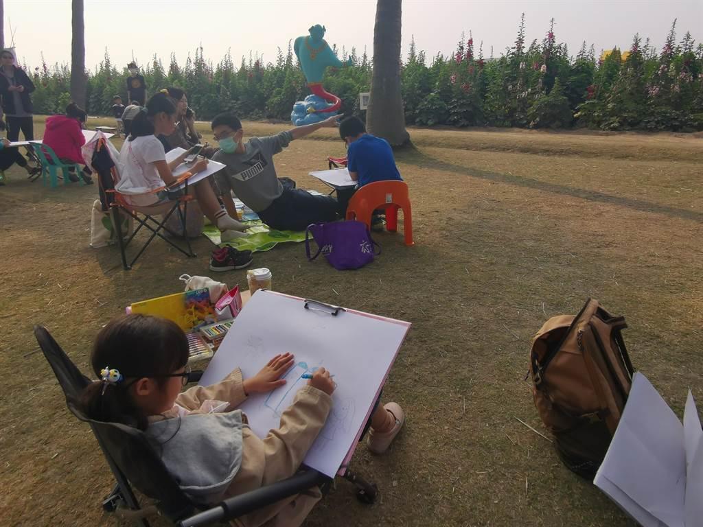 學甲蜀葵花節13日熱鬧開幕,同時舉辦寫生比賽,吸引眾多親子報名。(劉秀芬攝)