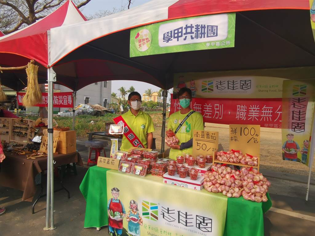 學甲在地青農郭孟和(右)、吳明哲販售蒜頭、玉女番茄等農產。(劉秀芬攝)