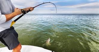 釣到鯊魚嗨翻 猛鱷突衝破水面搶食 超強咬合力釣客驚呆